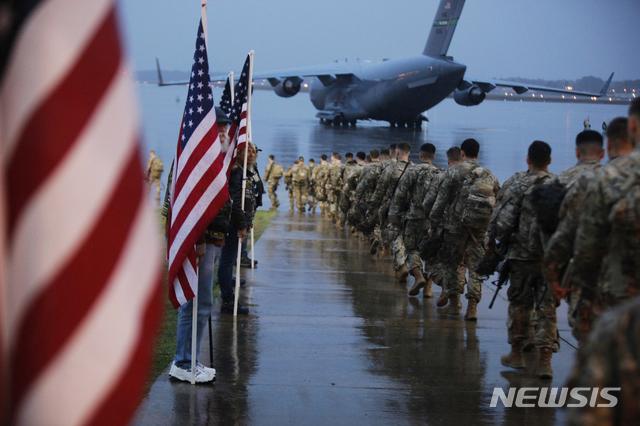 [포트브래그=미 육군·AP/뉴시스] 미국 노스캐롤라이나주 포트 브래그에서 4일(현지시간) 제82 공수사단 제1여단 전투팀 소속 낙하산부대원들이 중동지역으로 향하기 위해 비행기에 탑승하고 있다. 사진은 미 육군이 제공한 것이다. 2020. 01.07