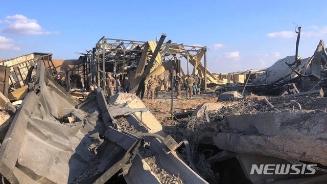 [아인알아사드=AP/뉴시스]13일(현지시간) 언론에 공개된 이라크 아인알아사드 공군기지. 이 기지는 지난 8일 이란의 '가셈 솔레이마니 폭살' 보복공습을 받았다. 2020.01.14.