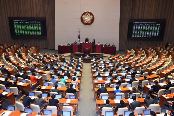 반쪽 본회의 - 자유한국당 의원들이 불참한 채 진행된 9일 국회 본회의에서 민생법안이 처리되는 모습. 이날 본회의에서는 패스트트랙으로 지정된 검경 수사권 조정안도 상정됐다.오장환 기자 5zzang@seoul.co.kr