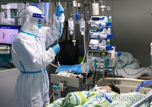 병원서 집중치료 받는 '우한 폐렴' 환자 (우한 신화=연합뉴스) 지난 24일 중국 후베이성 우한의 한 병원 집중치료실에서 보호복을 입은 의료진이 신종 코로나바이러스 감염증(우한 폐렴) 환자를 치료하고 있다.       leekm@yna.co.kr  (끝)