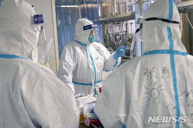 [우한=AP/뉴시스]중국 후베이성 우한시에 위치한 우한대학 중난 병원 중환자실에서 지난 24일 의료진들이 환자를 치료하고 있다. 신종 코로나바이러스로 인한 '우한 폐렴'은 계속 확산하고 있다. 중국 내 사망자는 41명으로 늘었다. 2020.01.25.