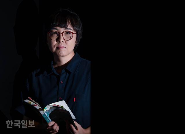 절필을 선언한 윤이형 작가. 한국일보 자료사진