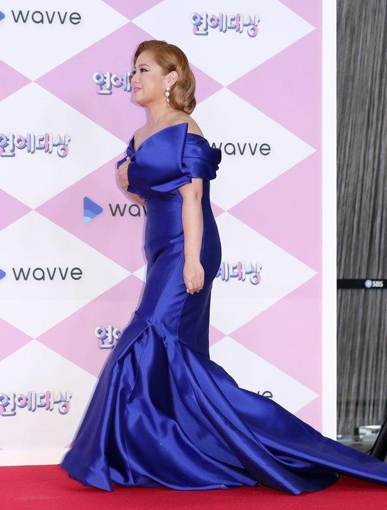 개그우먼 박나래는 지난해 연말 시상식에서 커다란 리본 포인트가 돋보이는 클래식 블루 컬러의 드레스를 입어 화제를 모았다. [사진 뉴스1]