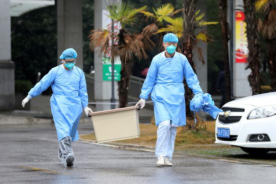 신종 코로나바이러스 감염증 발원지인 중국 후베이성 우한시에서 의료진이 장비를 나르고 있다. /사진=로이터