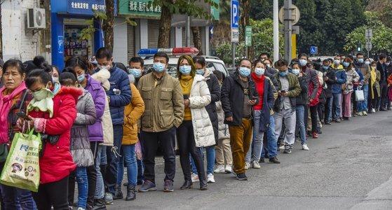 신종코로나 확산으로 중국에선 극심한 마스크 품절 사태가 벌어지고 있다. 지난달 29일 중국에서 사람들이 마스크를 사기 위해 긴 줄을 서 있다. [EPA=연합뉴스]