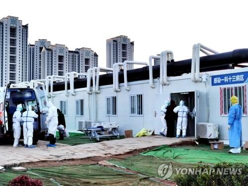 코로나19 환자 집단 수용하는 우한 병원 (우한 신화=연합뉴스) 신종 코로나바이러스 감염증(코로나19) 확산을 막기 위해 중국 우한에 급조된 레이선산(雷神山) 임시 병원 직원들이 12일 3차 이송 환자들을 병동으로 안내하고 있다. 이날 병원에는 35명의 환자들이 도착했다. jsmoon@yna.co.kr