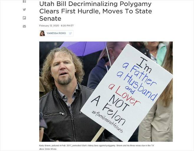 TV리얼리티쇼 주인공인 코디 브라운이 일부다처제 처벌법 폐지를 요구하는 시위를 벌이고 있다. 사진=NPR캡처)