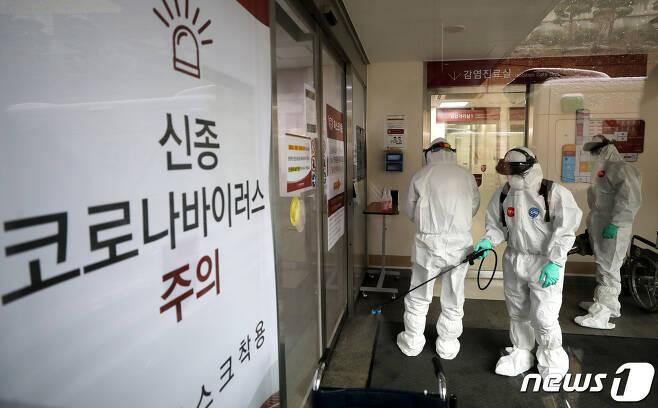 신종코로나감염증(코로나 19) 29번 확진자가 다녀간 16일 서울 성북구 고려대 안암병원 응급실에서 성북구 보건소 관계자들이 방역소독을 하고 있다. 이날 29번 확진자가 다녀간 고려대 안암병원 응급실은 폐쇄되고 36명의 의료진이 격리됐다. 고려대병원 측은 29번 환자가 16일 오전 흉통을 호소하며 응급실을 방문한 사실을 확인하고 즉시 응급실을 폐쇄하고 소독에 들어갔다고 밝혔다. 2020.2.16/뉴스1 © News1 박지혜 기자