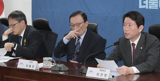 더불어민주당 이인영 원내대표(오른쪽)가 지난 14일 서울 여의도 국회 의원회관에서 열린 확대간부회의에서 발언하고 있다. 왼쪽부터 박주민 최고위원, 이해찬 대표, 이 원내대표. 하상윤 기자