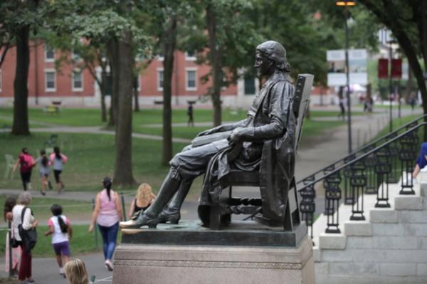 하버드 대학의 명물 존 하버드 동상이 하버드대 앞을 지나가는 사람들을 보고 있다. /AP 연합 뉴스