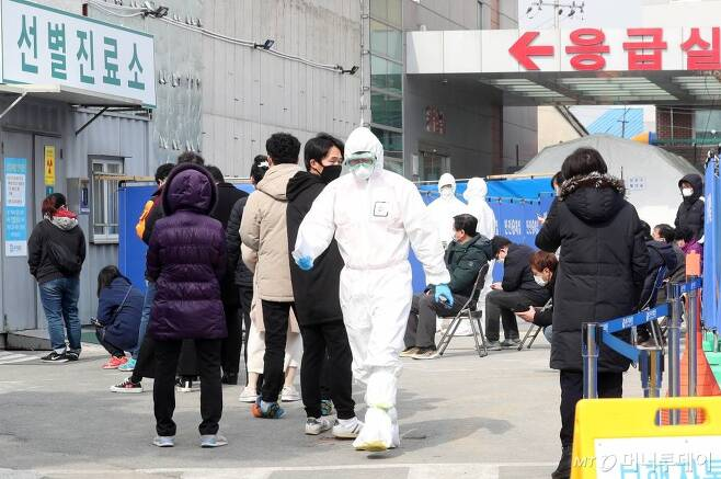 21일 오후 대구의료원을 찾은 의심 환자들이 검사를 위해 줄지어 기다리고 있다. / 사진=김휘선 기자 hwijpg@