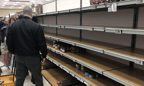 이탈리아에서 23일(현지시간) 기준 코로나19 사망자 3명을 포함해 최소 152명의 확진자가 나온 가운데 밀란의 한 식료품점 진열대가 시민들의 사재기로 인해 텅텅 비어 있다. EPA연합뉴스