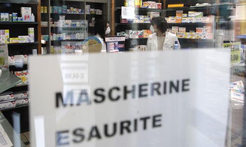 이탈리아 북부 롬바르디아주의 작은 마을 코도뇨의 한 약국 유리창에 22일(현지시간) ''마스크 매진''이라고 적힌 안내문이 붙어 있다. 이탈리아에서 코로나19로 인한 2번째 사망자가 발생한 가운데, 확진자가 증가하고 있는 북부 10여개 마을에 대한 이동 제한 조치가 내려졌다. 코도뇨=AP연합뉴스