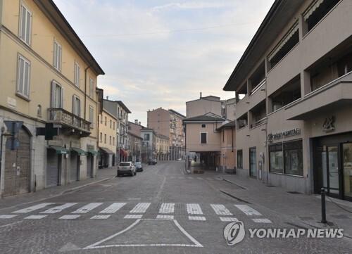 이탈리아 북부 한 도시의 텅 빈 도로. [EPA=연합뉴스]