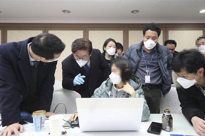25일 오후 마스크를 쓴 이재명 경기지사(왼쪽 두 번째 손가락을 가리키는 이)가 과천시 신천지 총회 본부를 직접 찾아가 신도 명단을 확보하고 있다.