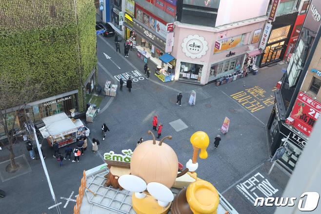 신종 코로나바이러스 감염증(코로나19) 확진자가 급증하고 있는 가운데 23일 서울 중구 명동거리가 한산한 모습을 보이고 있다. 2020.2.23/뉴스1 © News1 황기선 기자