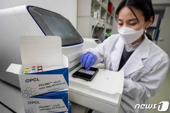 신종 코로나바이러스 감염증(코로나19) 확진자가 1,000명을 돌파한 26일 서울 송파구 다중체외진단전문회사 피씨엘(PCL) 중앙연구소에서 연구원이 코로나19 유전자 검사키트(PCLMD nCoV one step RT-PCR kit)를 시험하고 있다. 이 진단키트는 코로나19 확진 검사용으로, 고 민감도 검출을 할 수 있다. 현재 긴급사용승인 신청 후 결과를 기다리고 있다.  2020.2.26/뉴스1 © News1 유승관 기자