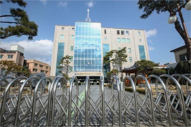 26일 오후 대전시 서구 용문동 신천지교회가 외부인 출입을 막고 굳게 닫혀 있다. (사진=연합뉴스)