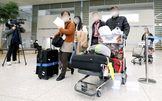이스라엘에서 입국이 거부된 여행객이 23일 오후 인천국제공항을 통해 귀국하고 있다. 이스라엘은 22일(현지시간) 코로나19에 대한 우려로 한국에서 들어오는 관광객의 입국을 금지했다. [뉴스1]