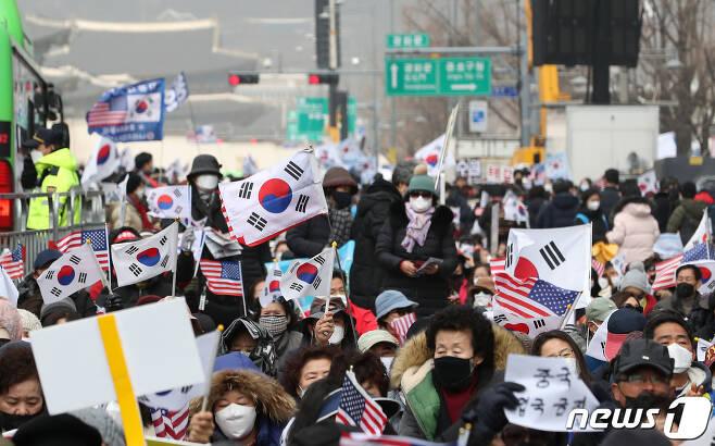 22일 서울 광화문 교보빌딩 앞에서 문재인하야범국민투쟁본부(범투본) 주최로 대한민국 바로 세우기 국민대회가 열리고 있다.  © News1 이동해 기자