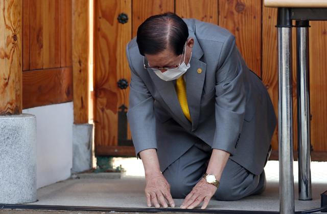 이만희 신천지예수교 증거장막성전 총회장이 박근혜 전 대통령의 명의가 새겨진 청와대 손목시계를 착용하고 있다. 뉴스1