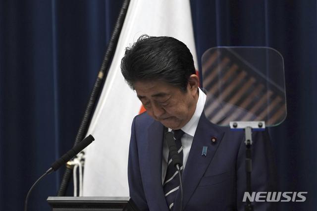 [도쿄=AP/뉴시스]아베 신조 일본 총리가 지난달 29일 기자회견을 하고 있다. 2020.03.03.