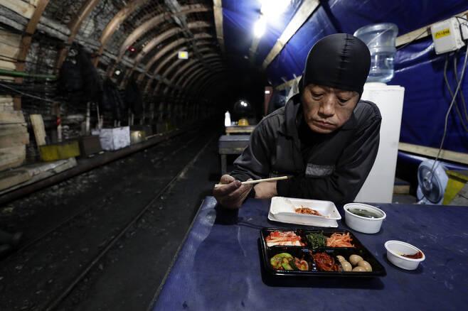 강원도 태백 대한석탄공사 장성광업소 광부 김대광씨가 지난달 25일 오후 탄광 휴게실에서 점심식사를 하고 있다.