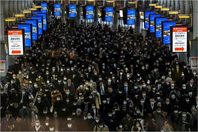 (사진=연합뉴스)일제히 마스크 착용한 도쿄 직장인들