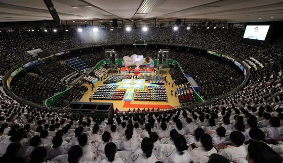 신천지가 서울 잠실 실내체육관에서 창립 기념예배 행사를 하고 있다. [사진 신천지예수교]