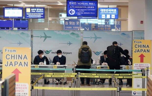 한일 두 나라 간 상호 무비자 입국이 중단된 9일 인천국제공항 2터미널에서 일본발 여객기를 타고 도착한 승객들이 검역과 연락처 확인 등의 특별입국절차를 거치고 있다.  (사진=연합뉴스)
