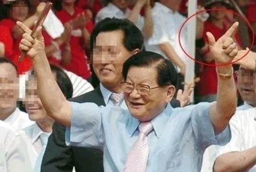 신천지 교주 이만희씨가 '승리의 브이' 표식을 보이며 한 행사장에 모습을 드러내고 있다.