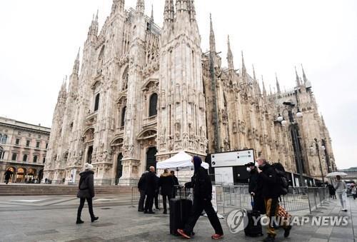 마스크 쓰고 '재개방' 밀라노 대성당 찾은 관광객들 [AFP=연합뉴스 자료사진]