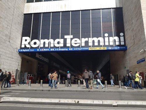 한산한 로마 기차역 (로마=연합뉴스) 전성훈 특파원 = 지난 10일(현지시간) 이탈리아 로마의 관문인 기차역 '테르미니'에 관광객이 급감하며 한산한 모습이다. 2020.3.11 lucho@yna.co.kr