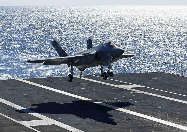 스텔스 전투기인 F-35C가 항공모함 니미츠함에 착륙하고 있다. F-35C는 F-35의 함재기 모델이다. 우리 해군도 수직이착륙이 가능한 F-35B 등을 탑재할 수 있는 경항공모함 도입을 준비 중이다. 로이터 연합뉴스