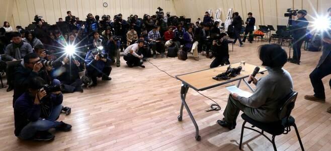 박현정 전 대표가 2014년 12월 대표직 사퇴 기자회견을 하는 현장./ 사진=홍봉진 기자