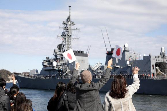 중동으로 떠나는 일본 해상자위대 호위함 '다카나미' - 중동 해역으로 파견되는 일본 해상자위대 호위함 '다카나미'가 2일 가나가와현의 해상자위대 요코스카 기지에서 시민들의 환송을 받으며 출항하고 있다. 도쿄 AFP 연합뉴스