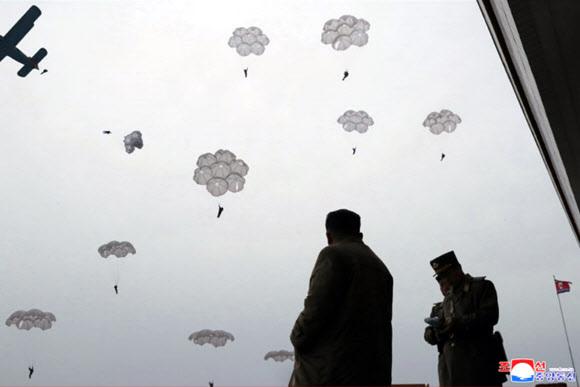 김정은, 낙하산 침투훈련 지도 - 김정은 북한 국무위원장이 조선인민군 항공 및 반항공군 저격병 구분대의 강하훈련을 지도했다고 조선중앙통신이 18일 보도했다. 연합뉴스