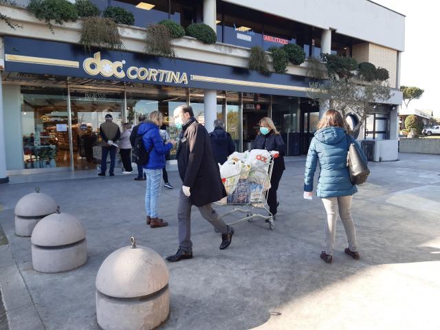 지난 10일(현지시간) 이탈리아 로마 시민들이 대형마트 앞에서 안전거리 1m 이상을 유지한 채 줄을 서 있다. /로마=연합뉴스