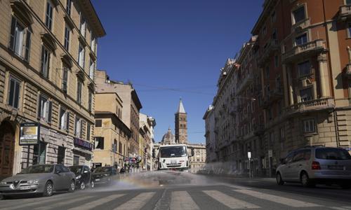 신종 코로나바이러스 감염증(코로나19) 확산으로 인한 인명 피해가 극심한 이탈리아 로마에서 25일(현지시간) 트럭 한 대가 거리를 다니며 소독제를 뿌리고 있다. 로마 AP=연합뉴스