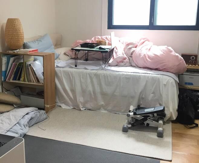 직장인 ㄴ씨가 사는 서울 서초구의 5평 원룸. ㄴ씨는 '집콕 생활' 대부분을 침대 위에서 넷플릭스를 보며 보낸다.   ㄴ씨 제공