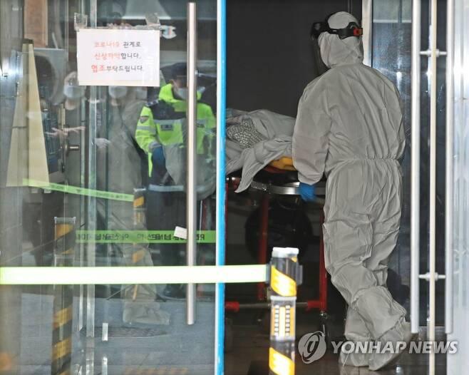 대실요양병원 환자 이송 (대구=연합뉴스) 지난 22일 대실요양병원에서 구급대원들이 환자를 이송하고 있다. saba@yna.co.kr