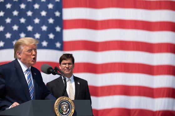 도널드 트럼프 미국 대통령이 28일 마크 에스퍼 국방장관과 함께 버지니아주 노포코 해군기지에서 출항하는 병원선 컴포트 호 앞에서 연설하고 있다. 그는 이날