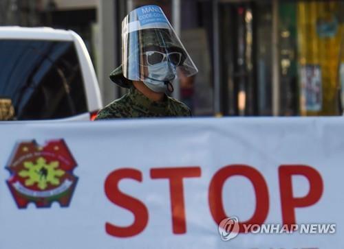 필리핀 수도 마닐라 검문소에서 마스크 등을 쓰고 근무 중인 경찰. 2020.3.25 [AFP=연합뉴스]