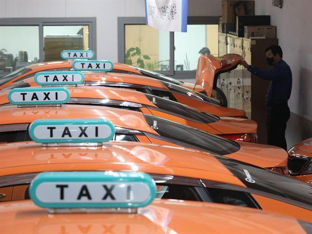 지난달 31일 오후 서울 금천구 OK택시에 신종 코로나바이러스 감염증(코로나19)의 여파로 택시들이 멈춰서 있다. 뉴스1