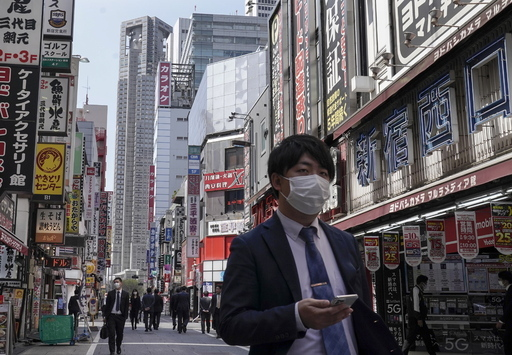 일본 도쿄도청 근처의 신주쿠 번화가에서 2일 한 시민이 마스크를 쓰고 걸어가고 있다. 도쿄=EPA연합뉴스
