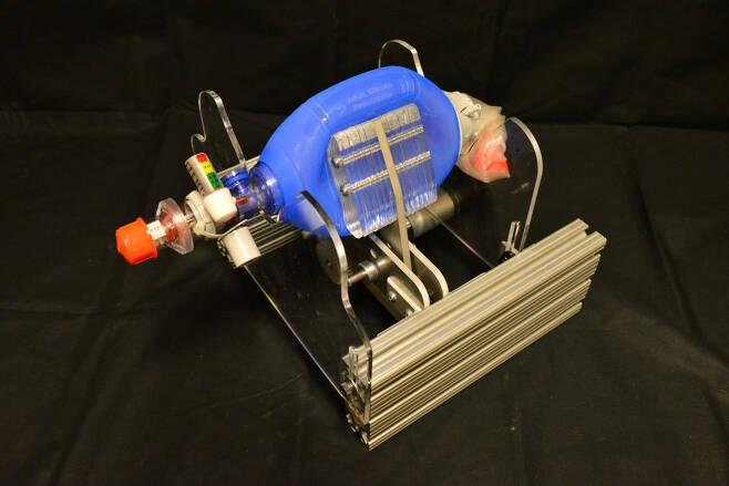 병원에서 흔히 볼 수 있는'암부백'을 사람의 손이 아니라 기계가 짓누르도록 개량한 저가의 인공 호흡기. MIT 제공