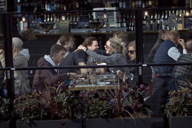 4일(현지시간) 스웨덴 수도 스톡홀름의 한 카페에서 시민들이 대화를 나누고 있다. 스톡홀름|AP연합뉴스