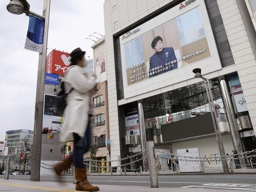 (도쿄 교도=연합뉴스) 코로나19 확산에 따른 외출 자제 분위기로 평소 주말 같으면 수많은 인파로 붐비던 도쿄 신주쿠역 주변이 5일 오후 한산한 모습을 보이고 있다.