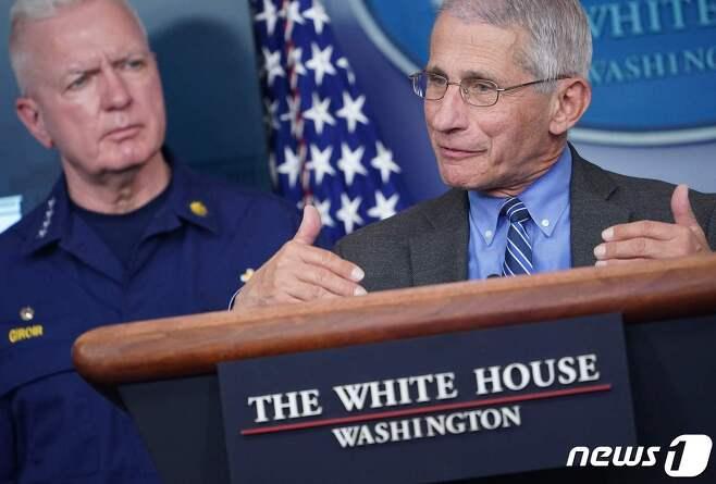 앤서니 파우치 미국 국립보건원 국립알레르기·전염병 연구소장이 6일(현지시간) 워싱턴 백악관에서 가진 코로나19 TF 일일 브리핑서 발언을 하고 있다. © AFP=뉴스1 © News1 우동명 기자