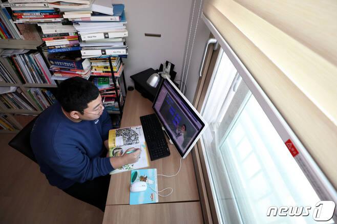9일 고3 수험생이 서울 강서구의 집에서 원격수업을 듣고 있다. /뉴스1 © News1 이광호 기자